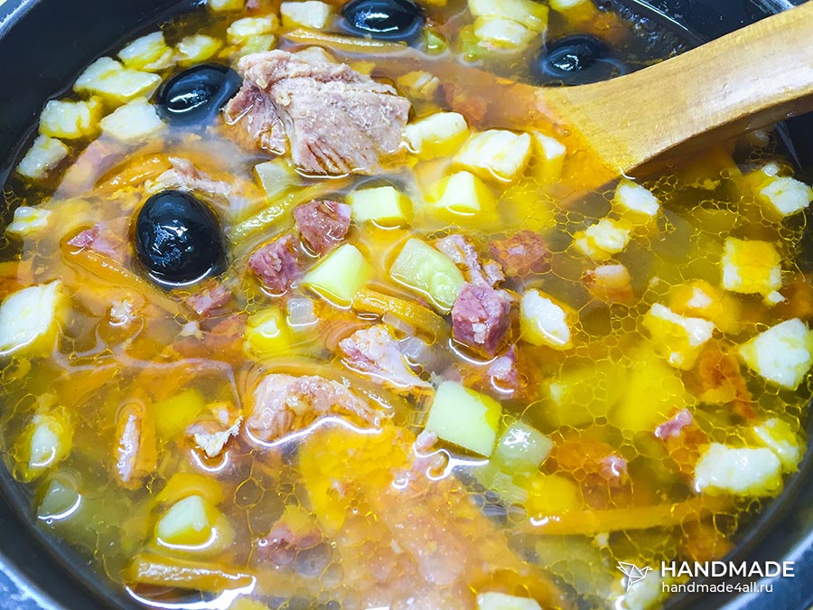 Солянка с колбасой и мясом